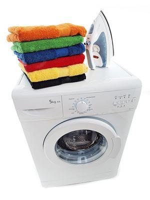 Waschmaschine mit Bügeleisen und Handtüchern